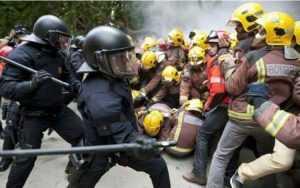 policia carga contra bomberos 1 - O
